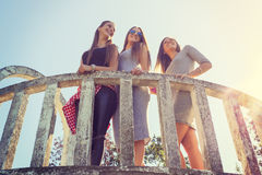 Trois filles souriant et ayant l'amusement extérieur Images libres de droits