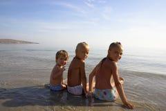 Trois filles sur la plage de mer Photos libres de droits