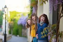 Trois filles sur une rue de Montmartre Images stock