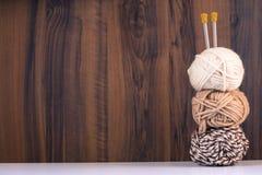 Trois fils pour le blanc et les couleurs et les rais de tricotage de Brown Photos libres de droits
