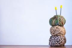 Trois fils pour le blanc et les couleurs et les rais de tricotage de Brown dessus Photographie stock libre de droits