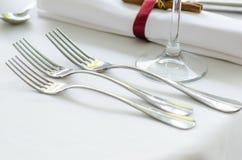 Trois fourchettes sur une table images stock