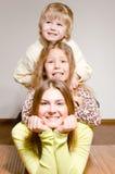 Trois frère et étreinte heureux de soeurs images libres de droits