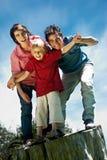 Trois frères de renvoi différent contre le ciel Photographie stock libre de droits