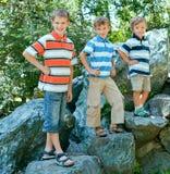 Trois frères en stationnement Images stock