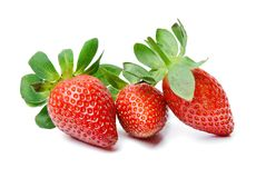 Trois fraises juteuses appétissantes sur un fond blanc d'isolement Couleurs saturées lumineuses Plan rapproché images stock