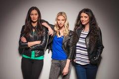 Trois frisnds de femmes posant ensemble Photos stock