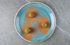 Trois gâteaux élégants sous forme de boules Photographie stock libre de droits