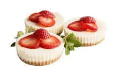 Trois gâteaux au fromage de fraise d'isolement Images libres de droits