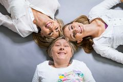 Trois générations avec une ressemblance frappante Photos libres de droits