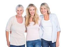 Trois générations des femmes souriant à l'appareil-photo photographie stock libre de droits