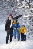 Trois garçons heureux dans la forêt photographie stock