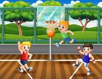 Trois garçons jouant au basket-ball à la cour illustration stock