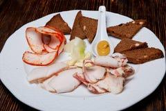 Trois genres de salade avec des croûtons avec l'ail et l'oignon d'un plat photographie stock libre de droits