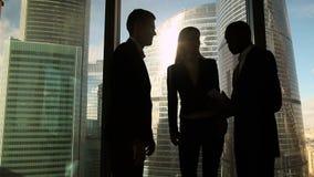 Trois gens d'affaires multiculturels commençant se réunir dans le bureau, saluant la poignée de main banque de vidéos