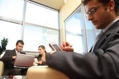 Trois gens d'affaires travaillant dans le bureau Images libres de droits