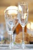 Trois glaces de vin sur le positionnement de fantaisie de table photographie stock