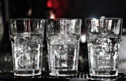 Trois glaces de vodka sur le bar avec un bon nombre de glace Photo libre de droits
