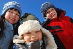 Trois gosses à l'extérieur en hiver Images libres de droits