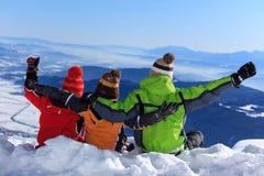 Trois gosses sur une montagne Photographie stock libre de droits