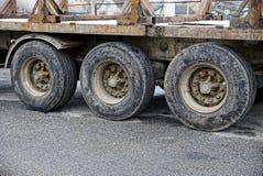 Trois grandes roues de camion de remorque sur l'asphalte photo libre de droits