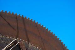 Trois grands et scies circulaires pour couper le marbre dans le ciel bleu image libre de droits