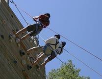 Trois grimpeurs sur le prise Images libres de droits