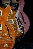 Trois guitares creuses de fuselage sur l'affichage avec des trous de f Image libre de droits