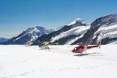 Trois hélicoptères guidés se tenant sur le glacier d'Aletsch photographie stock