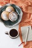 Trois haricots délicieux arrosés avec la poudre de sucre sont placés dessus Photographie stock