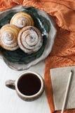 Trois haricots délicieux arrosés avec la poudre de sucre sont placés dessus Photo stock