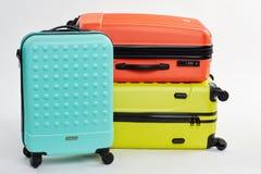 Trois hauts étroits de valises colorées Photo stock