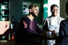 Trois hommes d'affaires se réunissant pour le café Photographie stock libre de droits