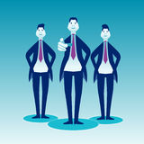 Trois hommes d'affaires se tiennent sur une indication par les doigts bleue d'avant de fond Photo libre de droits