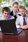 Trois hommes d'affaires sur l'ordinateur portatif image stock
