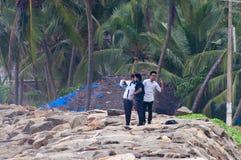 Trois hommes indiens sur la plage dans le village de pêche Photos libres de droits