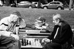 Trois hommes jouant des échecs Photographie stock
