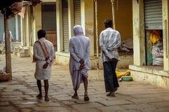 Trois hommes marchant sur le marché de Bangalore Malleshwaram Photos stock