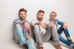 Trois hommes occasionnels ayant une coupure Photos stock