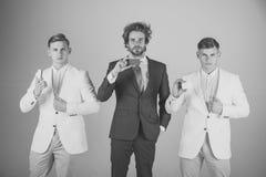 Trois hommes tenant les cartes vierges Photo libre de droits