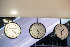 Trois horloge murale accrochante internationale différente, Los Angeles, SA Photographie stock libre de droits