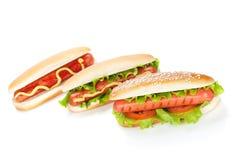 Trois hot-dogs avec de divers ingrédients photos libres de droits