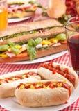 Trois hot dogs et soudes savoureux Image stock