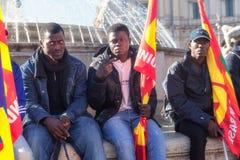 Trois immigrés avec des drapeaux photographie stock libre de droits