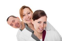 Trois infirmières observant la visionneuse Image stock