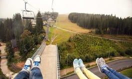 Trois jambes de paires dans des chaussures blanches aux montagnes carpathiennes Image stock