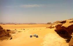Trois jeeps dans le désert photographie stock