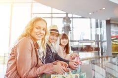 Trois jeunes amies dans le centre commercial Photographie stock