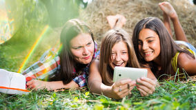 Trois jeunes amies heureuses faisant le selfie par le téléphone Photos libres de droits