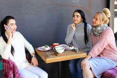 Trois jeunes amies magnifiques de fille vibrent, bavardant, sha Photographie stock